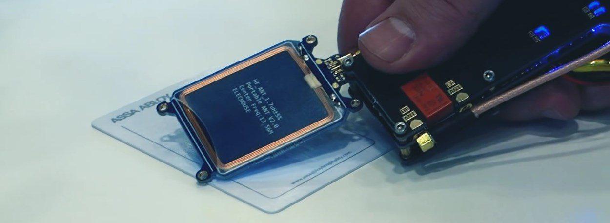 El dispositivo que puede generar claves maestras desde llaves de hotel válidas o caducadas