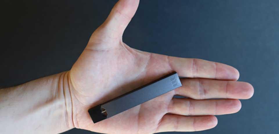 Un distrito escolar prohíbe las unidades USB para combatir la carga de los Juul en clase